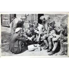 """Prent briefkaart mobilisatie 1939 de """"SRV"""""""" man komt langs met zn spullen"""