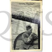 Prent briefkaart mobilisatie 1939 Gelukkig nieuwjaar (soldaat blaast zn handen warm)
