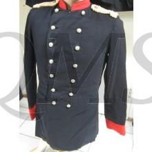Uniformjas, tuniek van donkerblauw laken, rode kraag en rode manchetten, dubbele rij knopen en drie sterren