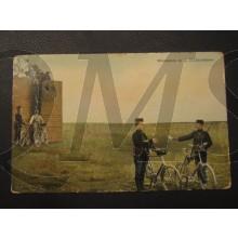 Prent briefkaart 1905 Wielrijders op de hindernisbaan