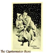Prent briefkaart mobilisatie 1940 Gelukkig nieuwjaar soldaat met meisje op varken in de sneeuw