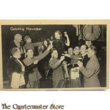 Ansicht mobilisatie 1940 Gelukkig nieuwjaar , proostende soldaten en kelner en meisjes