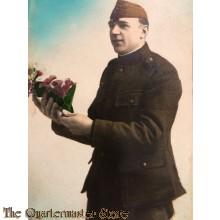Prent briefkaart Belgische soldaat met bloemen