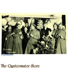 Prent briefkaart  mobilisatie 1940 Gelukkig nieuwjaar soldaten in overjassen bij kerstboom