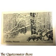 """Prent briefkaart mobilisatie 1940 Gelukkig Nieuwjaar soldaten in de sneeuw """"jagend"""" op varken (rechts)"""