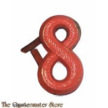Oranje metalen cijfer 8e Regiment Infanterie voor veldmuts