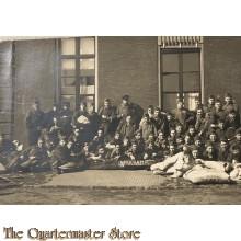 """Foto groep militairen 1930 met bord """"nekkramp"""""""