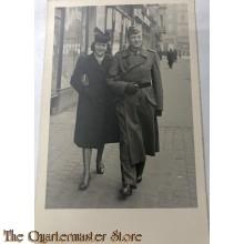 Studio portret german soldier mit Frau walking WW2
