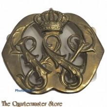 Baretembleem voor adjudanten van het koningshuis, met de letter W (Wilhelmina) in goud