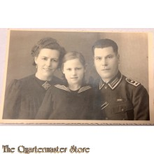 Studio portret decorated WH NCO with wife and daughter