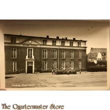 Prent briefkaart Gorkum Kazerneplein met Hoofdingang Willemskazerne 1950