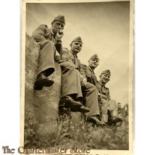 Photo (Mil. Postcard) photo 1940 Wehrmacht soldiers resting/smoking