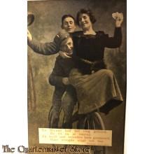 Ansicht mobilisatie 1914 En Mientje had het vlug geleerd. Zij zit nu al voorop. Zij heeft met vrienden hem gesmeerd. Haar vreugde stijgt ten top.