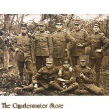 Foto 8 manschappen met kepie 1914 in bosrijke omgeving