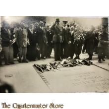 Carte Postal Le General de Gaulle devant la tombe de Soldat Inconnu