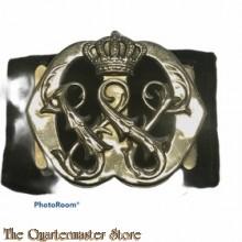 Baretembleem voor adjudanten van het koningshuis, met de letter W (Wilhelmina) zilver
