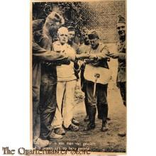 Prent briefkaart mobilisatie 1940 de facteur is een man van gewicht, alle oogen zijn op hem gericht