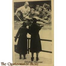 Prent briefkaart mobilisatie 1939 Gelukkig Nieuwjaar 2 vrouwen op brug met kok en soldaten