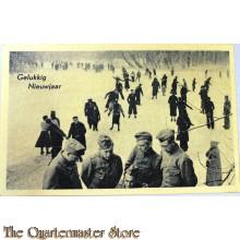 Prent briefkaart mobilisatie 1939 Gelukkig Nieuwjaar (soldaten met schaatsende mensen)