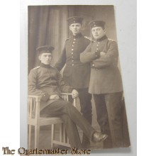 AnsichtsKarte (Mil. Postcard ) studio portret soldiers, one seated