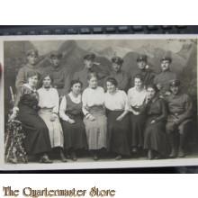 AnsichtsKarte (Mil. Postcard) photo 1916 soldaten mit Frauen