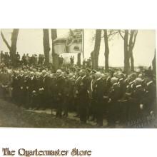 Photo 1918-19 Zivilsten und Soldaten mit Flagge