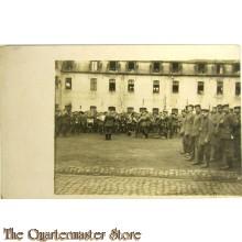 Postkarte Fanfare und Soldaten aufgestellt Kaserneplatz
